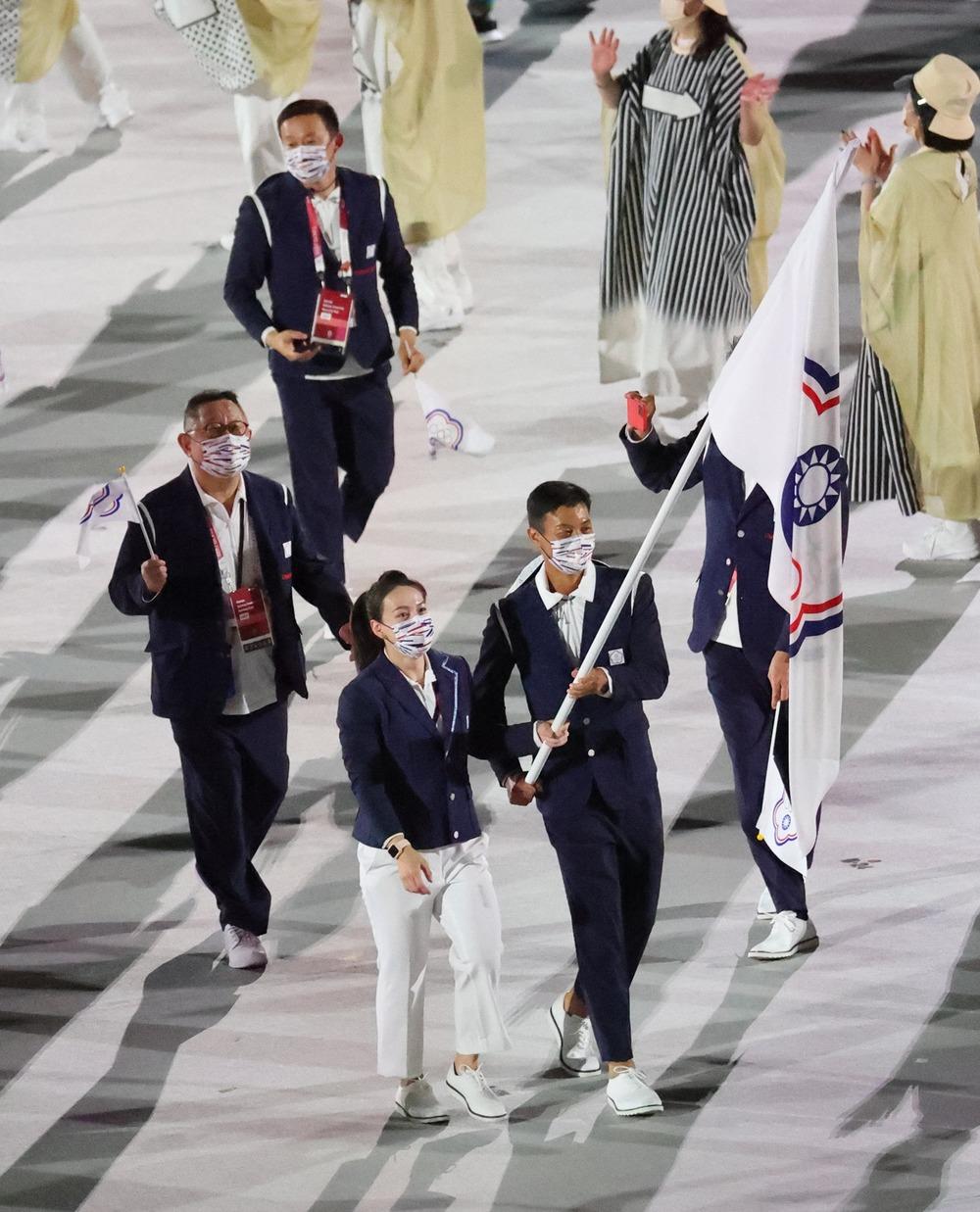 代表團由盧彥勳選手和郭婞淳選手掌旗。(體育署提供)