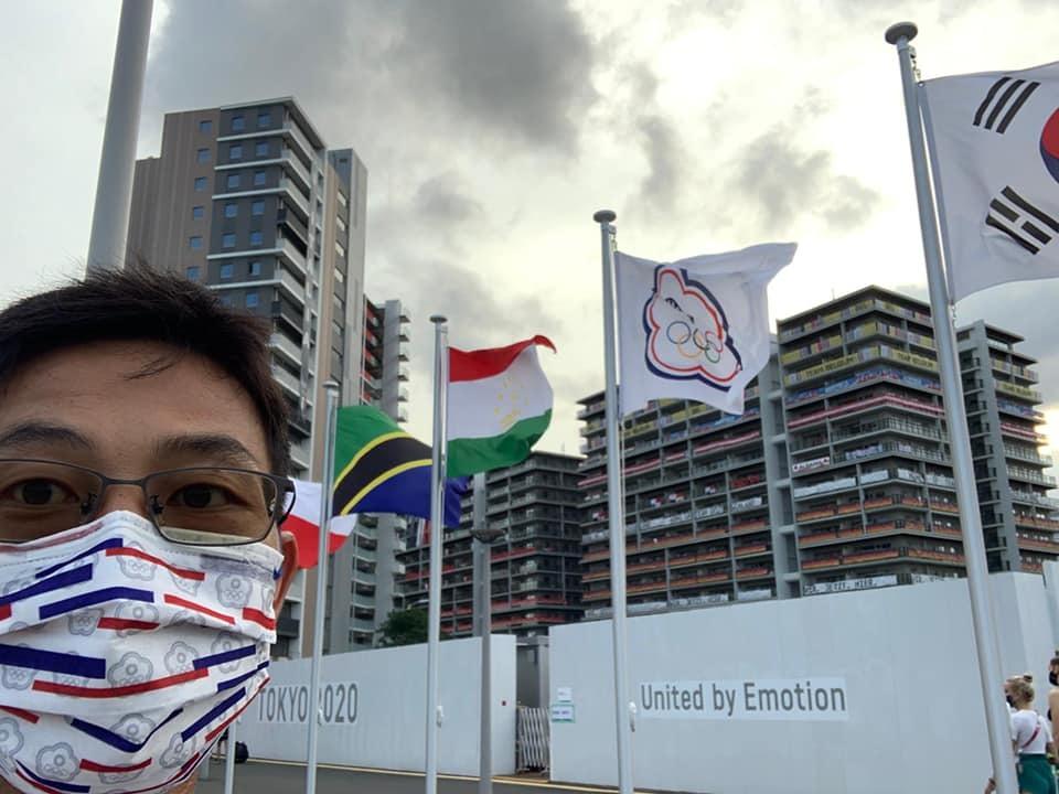 盧彥勳貼出自己在東奧選手村的紀念照片。(翻攝自臉書Yen-Hsun Rendy Lu)