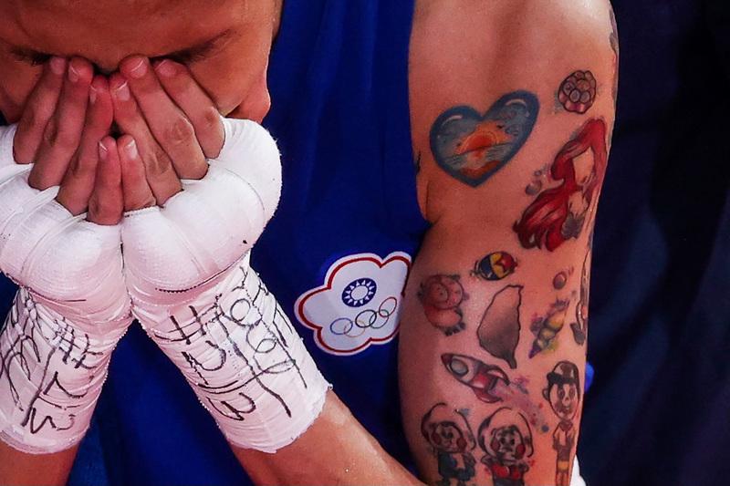黃筱雯手臂上有許多卡通圖案和台灣的刺青(中央社提供)