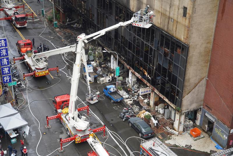 高雄消防局獲報後出動72車、145人前往現場搶救。(中央社)